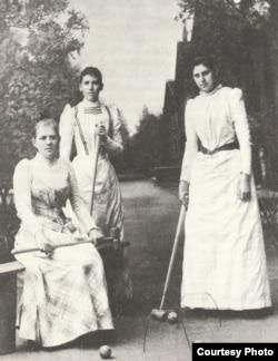 Люба Достоевская (сидит) с подругами в Старой Руссе