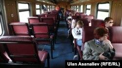 Бишкек - Балыкчы поездинин ичи. Бул каттам 2014-жылы да аткарылган.