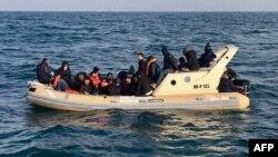 تصویر شماری از پناهجویان و مهاجران غیرقانونی در کانال مانش، فوریه سال جاری