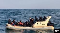 Britanski spasioci pomažu migrnatima u Lamanšu da stignu do obale, februar 2019.
