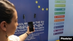 Armenia - A mobile phone is charged by a solar-powered bus stop in Yerevan donated by the EU, 7Jul2017.