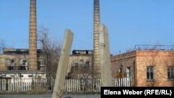Қарағанды асбест-цемент өнімдері заводының аумағы. Қарағанды облысы, Ақтау кенті. 7 сәуір 2011 жыл.