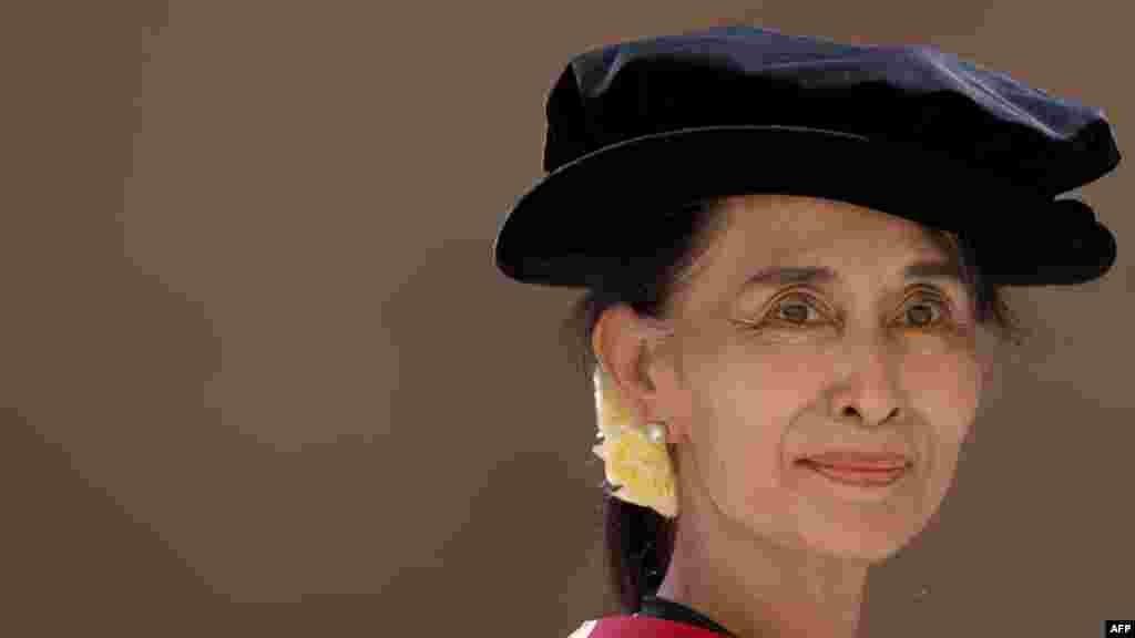Aung San Suu Kyi, politikane e opozitës, në Birmani. Aung San Suu Kyi e udhëhoqi lëvizjen pro-demokracisë në Birmani për më shumë se dy dekada. Ajo kaloi një total prej 15 vjetësh nën arrest shtëpiak, mes viteve 1989 - 2010. Ajo fitoi një vend në parlament gjatë këtij viti, pas reformave të paraqitura nga sundimtarët ushtarakë të Birmanisë. Në nëntor, atë e vizitoi në shtëpinë e saj presidenti amerikan, Barack Obama, gjatë vizitës së tij historike në Birmani. Për fushatën e saj tëpalodhshme për demokraci, fitoi çmime të shumta të saj, duke përfshirë edhe Çmimin Nobel të Paqes 1991.