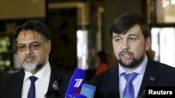 Денис Пушилин, представитель самопровозглашенной Донецкой народной республики (справа), и Владислав Дейнего, представитель так называемой Луганской народной республики, на пресс-конференции в Минске, 2 июня 2015 года.