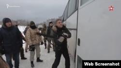 Кадр із фільму «Крим». Режисер показує, як бити автобус