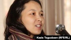 Айжангүл Әмірованың қызы Әсел Әмірова «Азаттық» сыйлығы иелерін жариялау шарасында. Алматы, 24 қаңтар 2012 жыл.