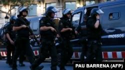 Іспанська поліція на місці нападу в Барселоні, 17 серпня 2017 року