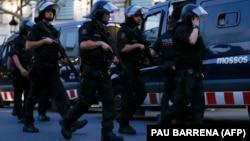 Барселонаның орталығындағы шабуыл болған маңда жүрген қарулы полиция жасағы. Испания, 17 тамыз 2017 жыл.