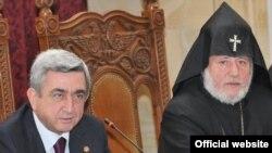 Президент Армении Серж Саргсян (слева) и Католикос всех армян Гарегин Второй на представительском епархиальном собрании ААЦ в Первопрестольном Святом Эчмиадзине - 2 ноября, 2009 г.