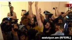 Протестувальники у міській раді Єревана, Вірменія, 16 травня 2018 року