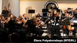 Патриция Копачинская играет концерт Чайковского для скрипки с оркестром