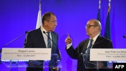 Ministri i Jashtëm francez, Jean-Yves Le Drian dhe homologu i tij rus, Sergei Lavrov, gjatë një konference për media në Paris