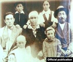 Молодой Нурсултан Назарбаев (слева) с родителями, младшими братьями, сестрой и двоюродной сестрой.