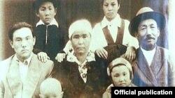 Молодой Нурсултан Назарбаев (крайний слева) вместе с родными. По его левую руку - мать Альжан.