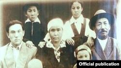 Нурсултан Назарбаев (второй ряд слева) в окружении семьи, рядом с ним его мать Альжан (в центре) и отец Абиш (справа).
