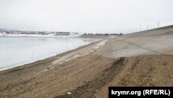 Плотина Белогорского водохранилища в Крыму, 5 января 2017 года