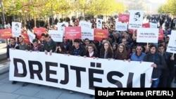 Sa protesta sudenata u Prištini povodom smrti Deharija, ilustracija