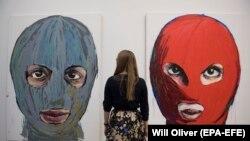 Посетительница галереи Саатчи рассматривает картины Pussy Icons. Лондон, 15 ноября 2017 года.