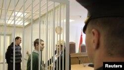 Иван Гапонов и Артем Бреус в зале минского суда