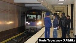 Прибытие поезда на станцию «Сайран» алматинского метро.
