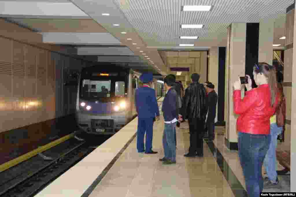 Прибытие поезда на станцию «Сайран» алматинского метро. Алматы, 18 апреля 2015 года.