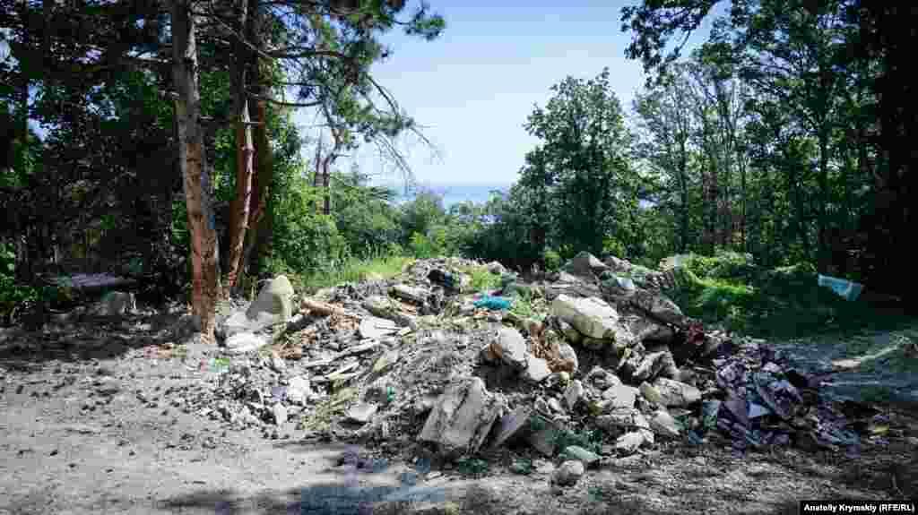 Будівельне і побутове сміття на краю санаторного парку з'явилося давно