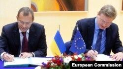 Андрій Клюєв (л) і Штефан Фюле (п) у Брюсселі, архівне фото