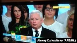 """Лидер партии """"Право и справедливость"""" Ярослав Качинский объявляет о победе на выборах, 25 октября 2015 г."""