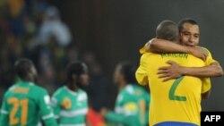 Игрок бразильской сборной Майкон (№2) поздравляет своего партнера по команде Луиса Фабиано с мячом, забитым в ворота команды Кот д'Ивуара