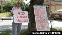 Участник одиночного пикета в поддержку политических заключенных. Алматы, 27 августа 2019 года.