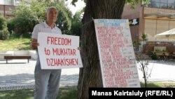 """""""Саяси тұтқындарды"""" босатуды талап еткен пикетке қатысушылардың бірі. Алматы, 27 тамыз 2019 жыл."""
