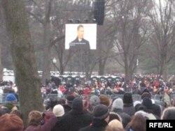 Около полумиллиона человек собрались в центре Вашингтона отметить первую инаугурацию президентскую инаугурацию Барака Обамы. Январь 2009