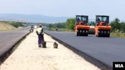Архивска фотографија: Градежни активности на автопатот Миладиновци - Штип на 22 мај 2017
