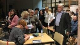Падляскамоўная аўтарка Галіна Максімюк падпісвае кніжку на сустрэчы ў Беластоку, 21 лютага 2019