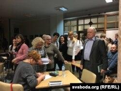 Галіна Максімюк падпісвае кніжку на сустрэчы ў Беластоку.