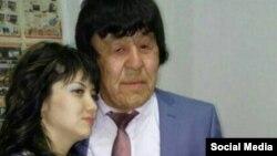 Житель Атырауской области Нуржан Уркешбаев, страдающий синдромом преждевременного старения, со своей невестой. Фото из социальных сетей.