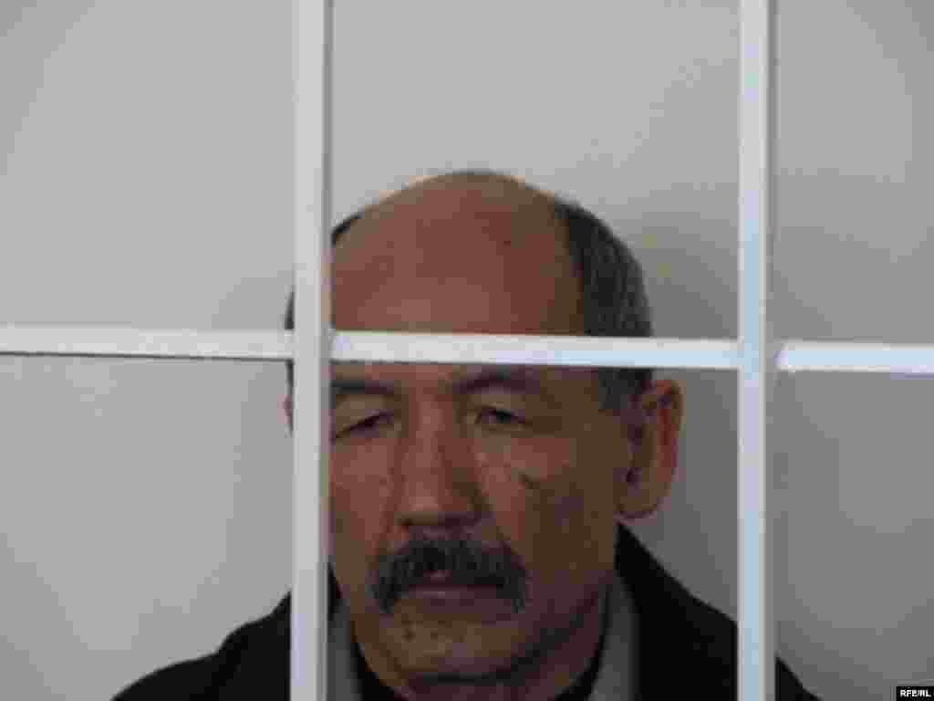 И.Кадырбеков өзүнө коюлган күнөөлөрдү четке кагып, жүйөөлөрүн айтып турду - Kyrgyzstan -- A Trial of the Former Minister Ishenbay Kadyrbekov, Bishkek 20nov2008