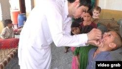 На кадре из видео — вакцинация детей против полиомиелита в пакистанской провинции Хайбер-Пахтунхва.