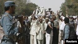 افغانستان کې د ناټو هوايي بریدونو ضد غزني کې ولسي لاریون. ۸ اګست ۲۰۱۱م کال