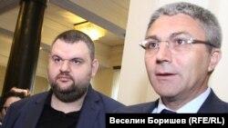 Пеевски за пореден път се появи в парламента след евровота, за да презентира с Карадайъ договорката с ГЕРБ