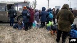Люди виїжджають із Дебальцева (архівне фото)