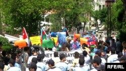 تجمع کنندگان با سر دادن شعارعليه جمهوری اسلامی ايران خواستار آزادی زندانيان حرکت های اعتراضی آذربايجان شدند.