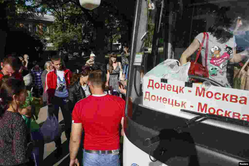 Local residents board a bus to Moscow in the eastern town of Kramatorsk as they flee the fighting in Slovyansk on June 4.