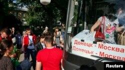 Жители Донецкой области садятся в автобус в Москву.