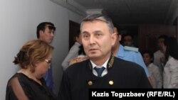 Судья Медеуского районного суда по уголовным делам Такен Шакенов удаляется в совещательную комнату. Алматы, 20 июня 2018 года.