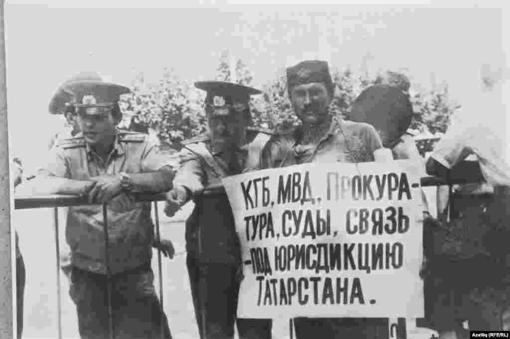 Плакат белән Мөнир Ситдыйков