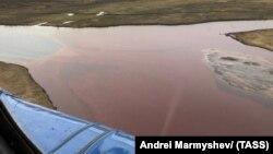 Разлившееся дизельное топливо под Норильском