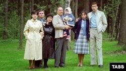 Гейдар Алиев (ортодо) уулу Илхам Алиев (оңдо) жана келини Мехрибан Алиева менен, 1983-жыл