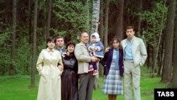 На фотографии 1983 года президент Азербайджана Гейдар Алиев с внучкой (в центре), его дочь Севиль с мужем Махмудом (слева), супруга президента Зарифа, сын президента Ильхам (справа) с женой Мехрибан.