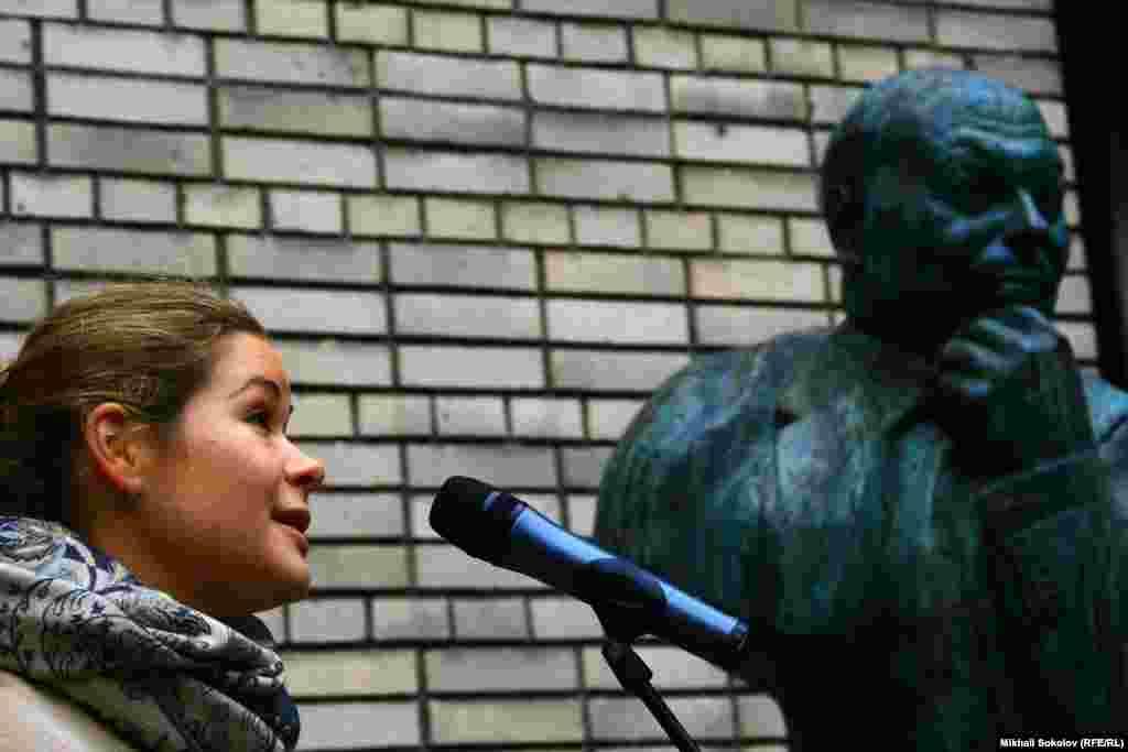 Мария Гайдар на открытии памятника отцу - Егору Гайдару